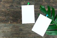 Masquez les pages carrées de bloc-notes et le trombone Papier de note coincé Image stock