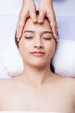 Massör som gör massage huvudet royaltyfri bild
