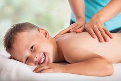 Massör som gör massagepojken, massagepojkeförälskelse, arkivfoton