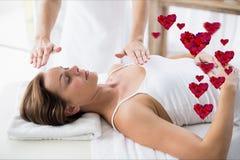Massör som ger massage till kvinnan på brunnsorten royaltyfria bilder