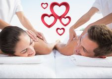 Massör som ger massage till par på brunnsorten arkivbild