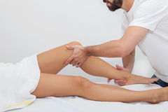 Massör som masserar en patient arkivbild