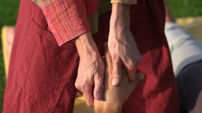 Massörhand som masserar den avkopplade manliga handen stock video