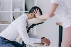 massös som gör placerad head massage fotografering för bildbyråer