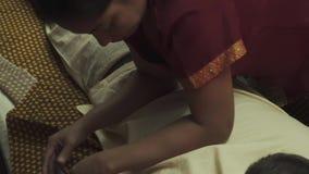 Massösen gör en tillbaka massage för en grabb lager videofilmer