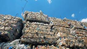 Mass av avfall på en nedgrävning av sopor Många högar av avskräde är på en förrådsplats, ordnar till för återanvändning lager videofilmer