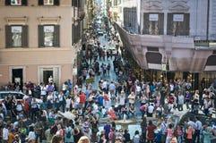 Mass av folk runt om den Fontana dellaen Barcaccia, Rome, Italien arkivbilder