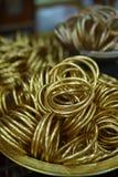 Mass av guld- armband i thailändsk tempel Royaltyfria Foton