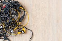 Mass av Tangled upp trådar, anslutningar och gamla kablar arkivfoto