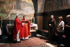 Mass på de 11th stationerna av korset i kyrkan av den heliga griften jerusalem Royaltyfri Bild