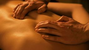 Mass?rh?nder som tillbaka g?r massage i brunnsortmitt royaltyfri bild