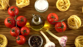 Massa, óleo, tomates e alho no fundo de madeira video estoque