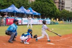 A massa apenas faltou a bola em um jogo de basebol Imagens de Stock Royalty Free