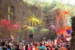 Massa bij ru?nes van St John de Doopsgezinde kerk, Mumbai stock foto's