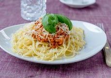 Massa bolonhês com manjericão na massa da parte superior e dos espaguetes e no algum p Fotografia de Stock