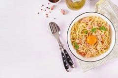 Massa caseiro clássica do carbonara com pancetta, ovo, queijo parmesão duro imagens de stock
