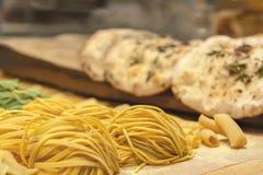 A massa caseiro cru fresca do trigo é rolada acima na tabela na perspectiva do chiabat imagens de stock