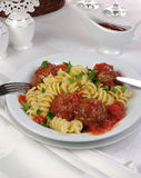 Massa com as almôndegas no molho de tomate Imagem de Stock