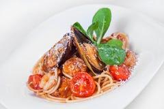 Massa com camarão e mexilhões alimento do prato Fotografia de Stock