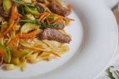 A massa com carne verde-oliva esverdeia em uma placa branca Fotos de Stock Royalty Free