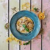 Massa com cogumelos, queijo parmesão e manjericão Fotos de Stock