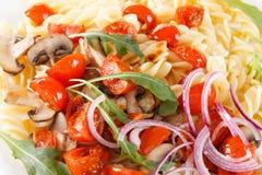 Massa com cogumelos, tomates de cereja e molho de tomate, alimento italiano closeup imagens de stock royalty free