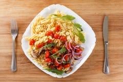 Massa com cogumelos, tomates de cereja e molho de tomate, alimento italiano closeup fotos de stock royalty free