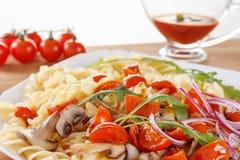 Massa com cogumelos, tomates de cereja e molho de tomate, alimento italiano closeup imagem de stock