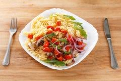 Massa com cogumelos, tomates de cereja e molho de tomate, alimento italiano closeup Fotografia de Stock