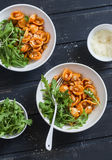 Massa com feijões, molho de tomate, Parmesão e rúcula no fundo escuro, vista superior Fotografia de Stock Royalty Free