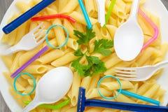 Massa, massa com lixo, poluição ambiental, lixo, sujeira, plástico, garrafas Salvamento dos conceitos da sujeira do lixo dentro imagens de stock royalty free