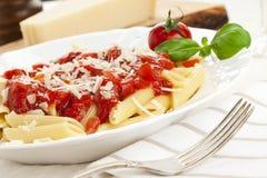 Massa com molho de tomate e queijo raspado imagem de stock royalty free