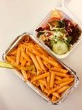 Massa com molho de tomate quente e a salada misturada a ir Foto de Stock Royalty Free