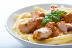 Massa com molho e peito de frango de tomate Imagem de Stock Royalty Free