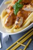 Massa com molho e peito de frango de tomate Foto de Stock Royalty Free