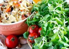 Massa com salada Imagem de Stock Royalty Free