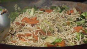 Massa com salada e cenoura na frigideira video estoque
