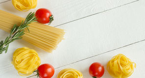 Massa com tomate, alecrim na tabela branca Vista superior Foto de Stock