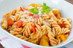 Massa com tomate, pimenta e queijo Fotos de Stock