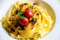 Massa com tomate, salsa e óleo frescos Imagens de Stock
