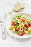 Massa com tomates, rúcula e Parmesão de cereja imagens de stock royalty free