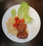 Massa, costoletas, tomates cozidos e salada imagem de stock royalty free