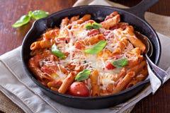 A massa coze com penne, tomates e mozarella Fotos de Stock
