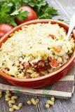 Massa cozida com bacon e as ervilhas verdes Imagens de Stock