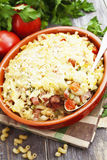 Massa cozida com bacon e as ervilhas verdes Foto de Stock Royalty Free