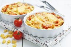 Massa cozida com tomate e queijo fotos de stock