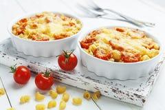 Massa cozida com tomate e queijo foto de stock