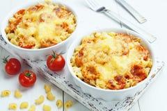 Massa cozida com tomate e queijo imagem de stock royalty free