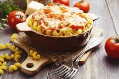 Massa cozida com tomate e queijo fotos de stock royalty free