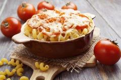 Massa cozida com tomate e queijo imagens de stock royalty free